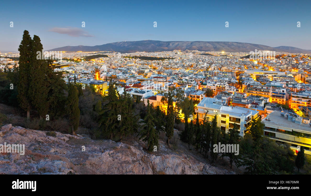 Vista serale di Atene dalla collina di Filopappou, Grecia. Immagini Stock