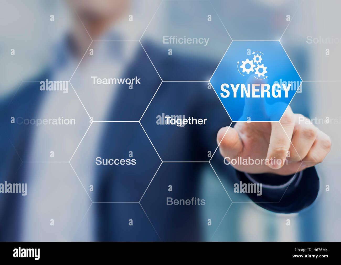 Sinergia, concetto su come ottenere i migliori risultati dalla collaborazione, conferenza di presentazione con imprenditore Immagini Stock