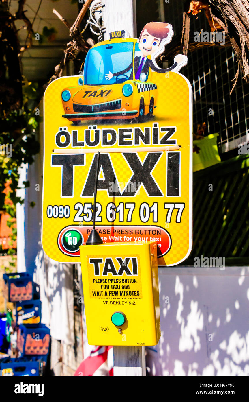 Pulsante di chiamata su una strada lampost per chiedere un taxi in Oludeniz, Turchia. Immagini Stock