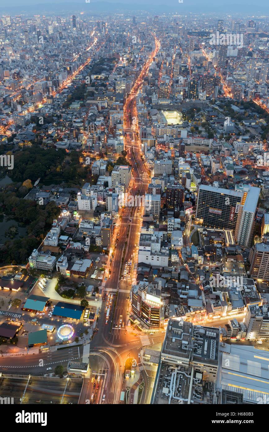 Osaka, Giappone - Dicembre 2, 2015: Osaka skyline notturno. Osaka è una grande città portuale e il centro Immagini Stock