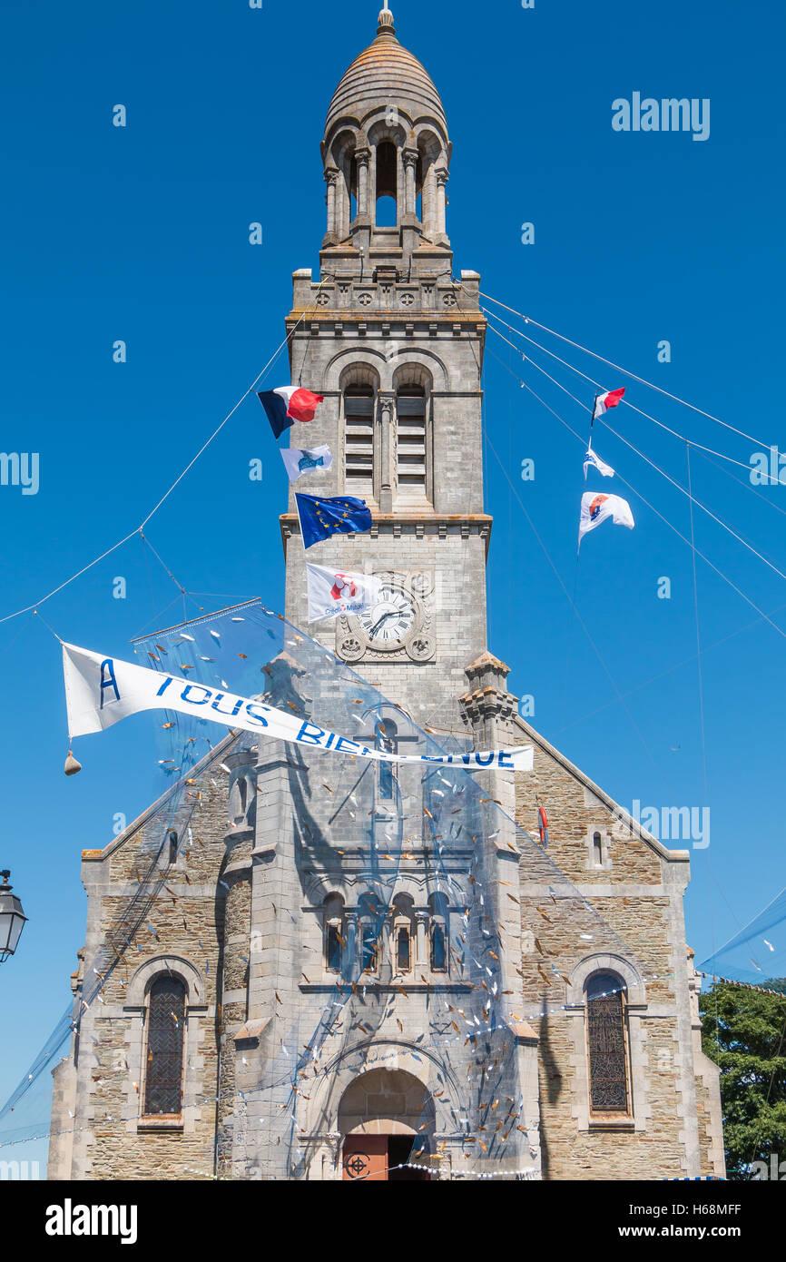 Saint Gilles Croix de Vie, Francia - 07 Agosto 2016 : fishnet accogliente tesa davanti a una chiesa in occasione Immagini Stock
