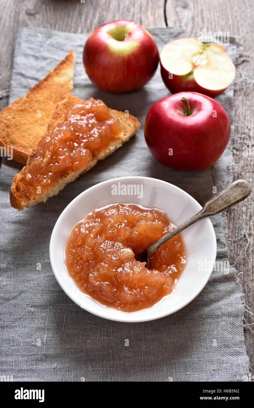 In casa di frutta marmellata di mele e pane tostato Immagini Stock