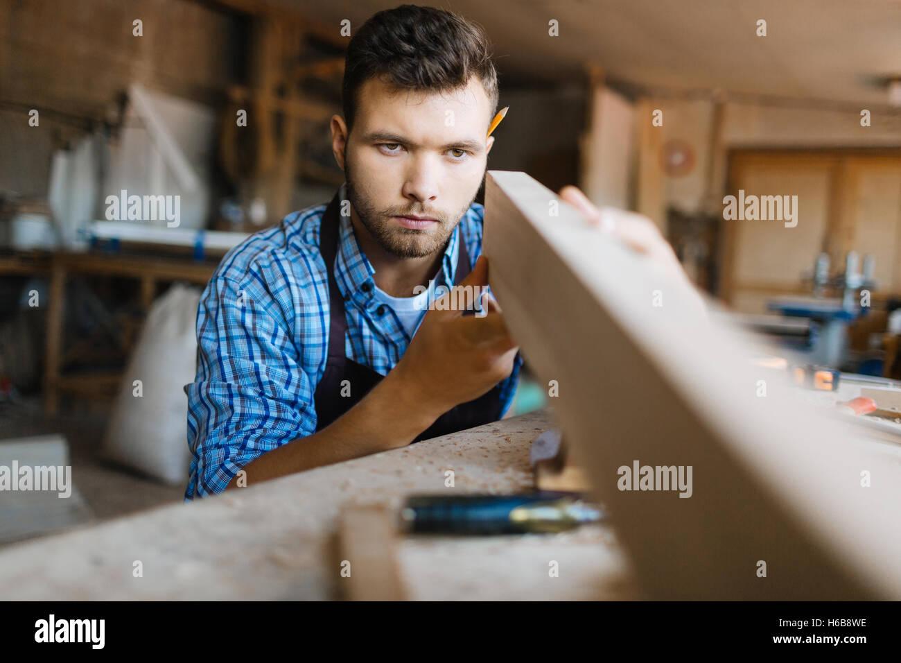 Controllare la rettilineità del listone Immagini Stock