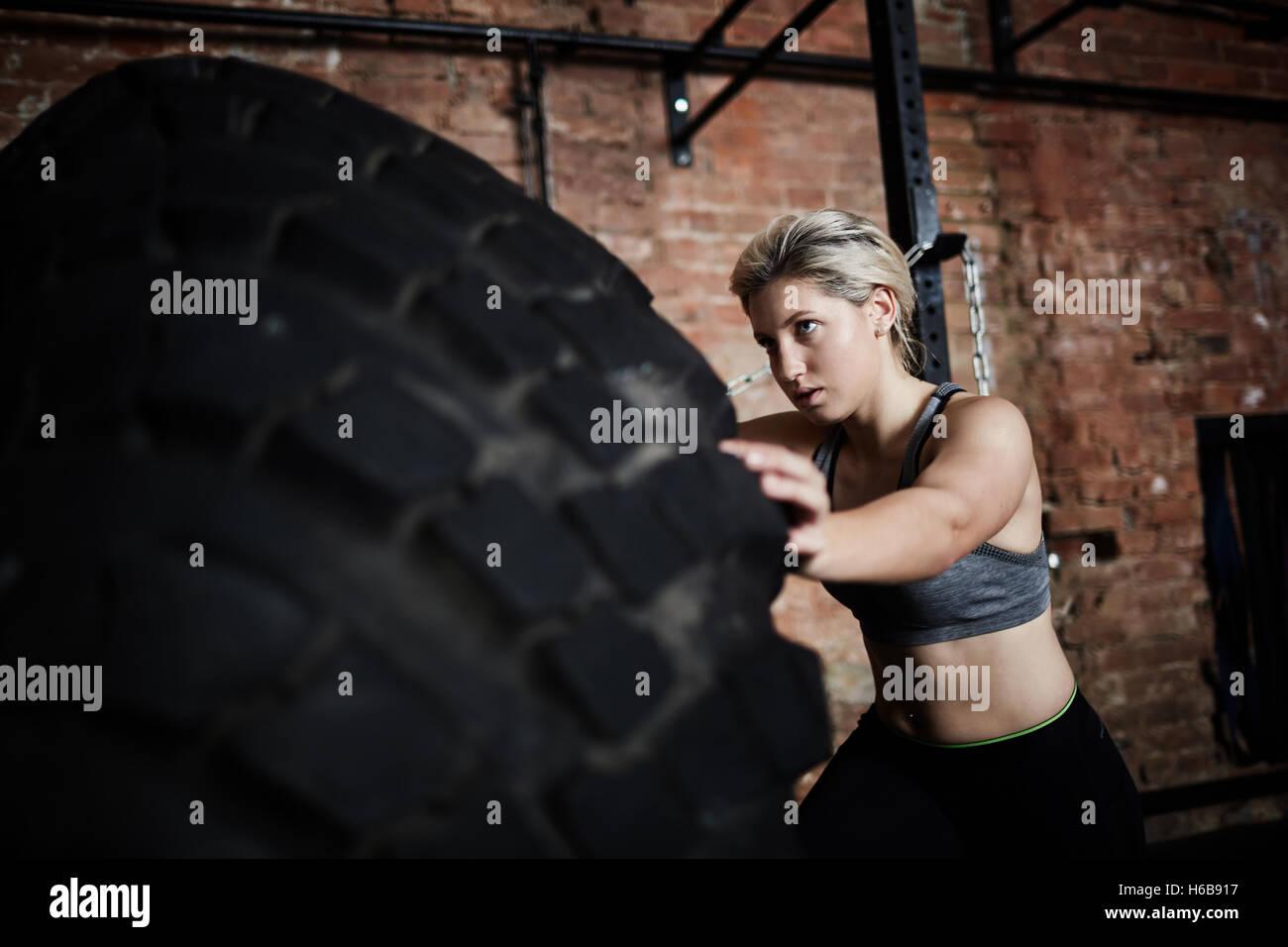 Esercizio con pneumatico Foto Stock