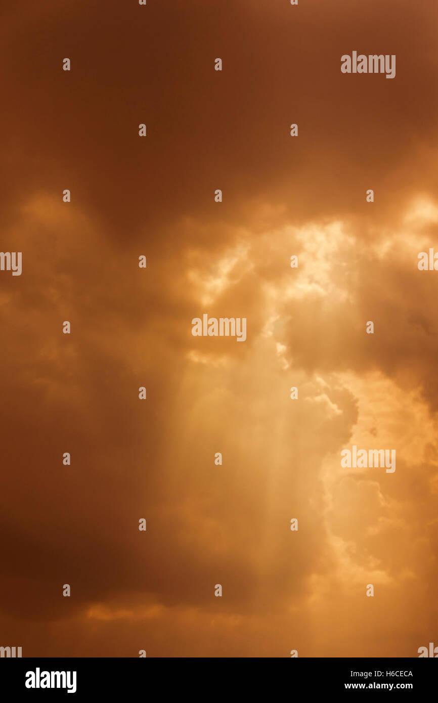 Cielo mistico con i raggi di luce Immagini Stock