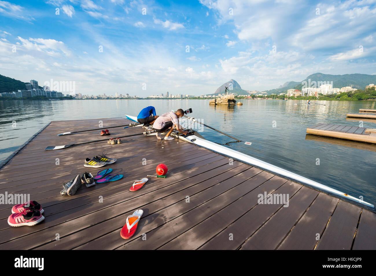 RIO DE JANEIRO - MARZO 14, 2016: Calzature si trova in primo piano come un brasiliano rower prepara la sua barca Immagini Stock