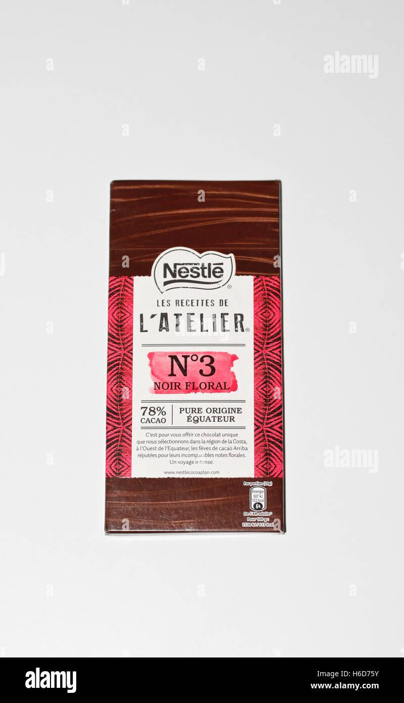 Barretta di cioccolato Nestlé, N°3 su sfondo bianco Immagini Stock