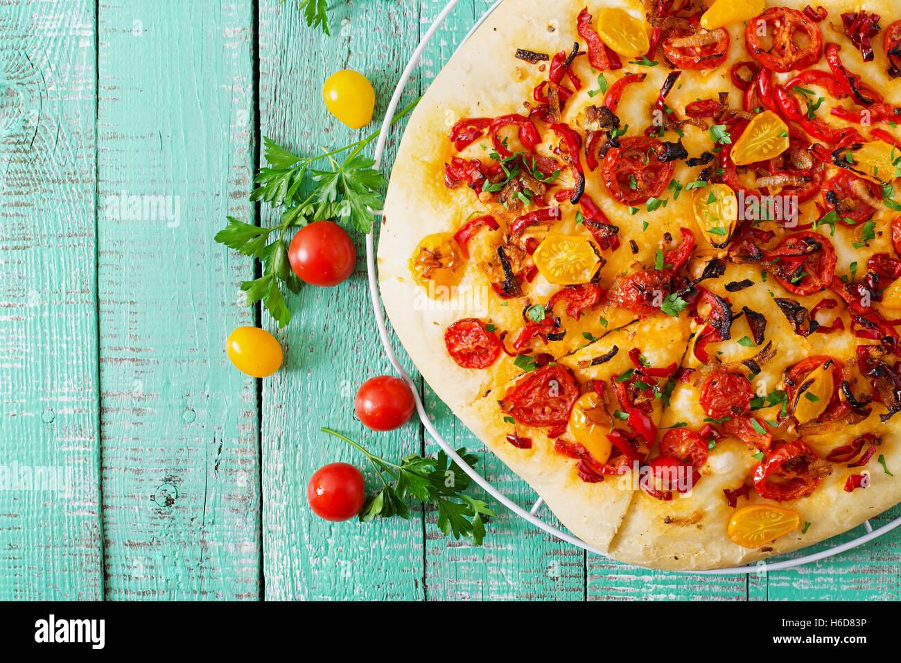 Italian focaccia con pomodori e peperoni e cipolle Immagini Stock