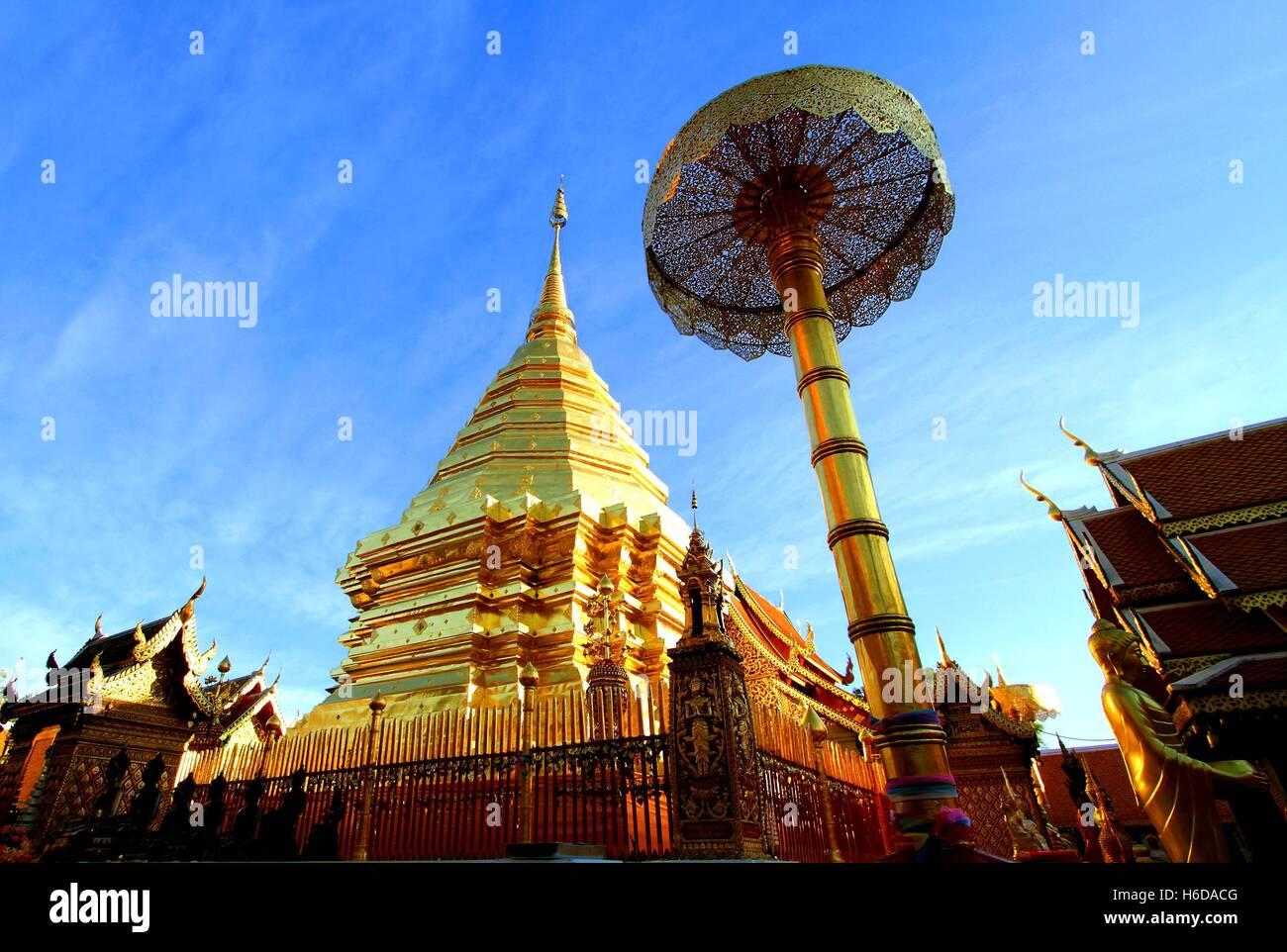 Stupa dorato di Wat Phra That Doi Suthep, attrazione turistica e il famoso tempio storico di Chiang Mai, Thailandia. Foto Stock
