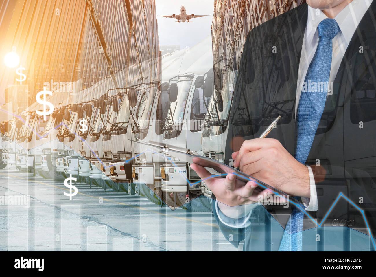 La doppia esposizione di imprenditore è prenotazione scambi con sfocato cargo e trasporto carrello. Trasporti Immagini Stock
