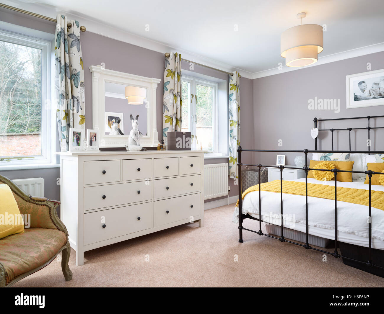 Una nuova camera da letto moderna contemporanea in un regno ...