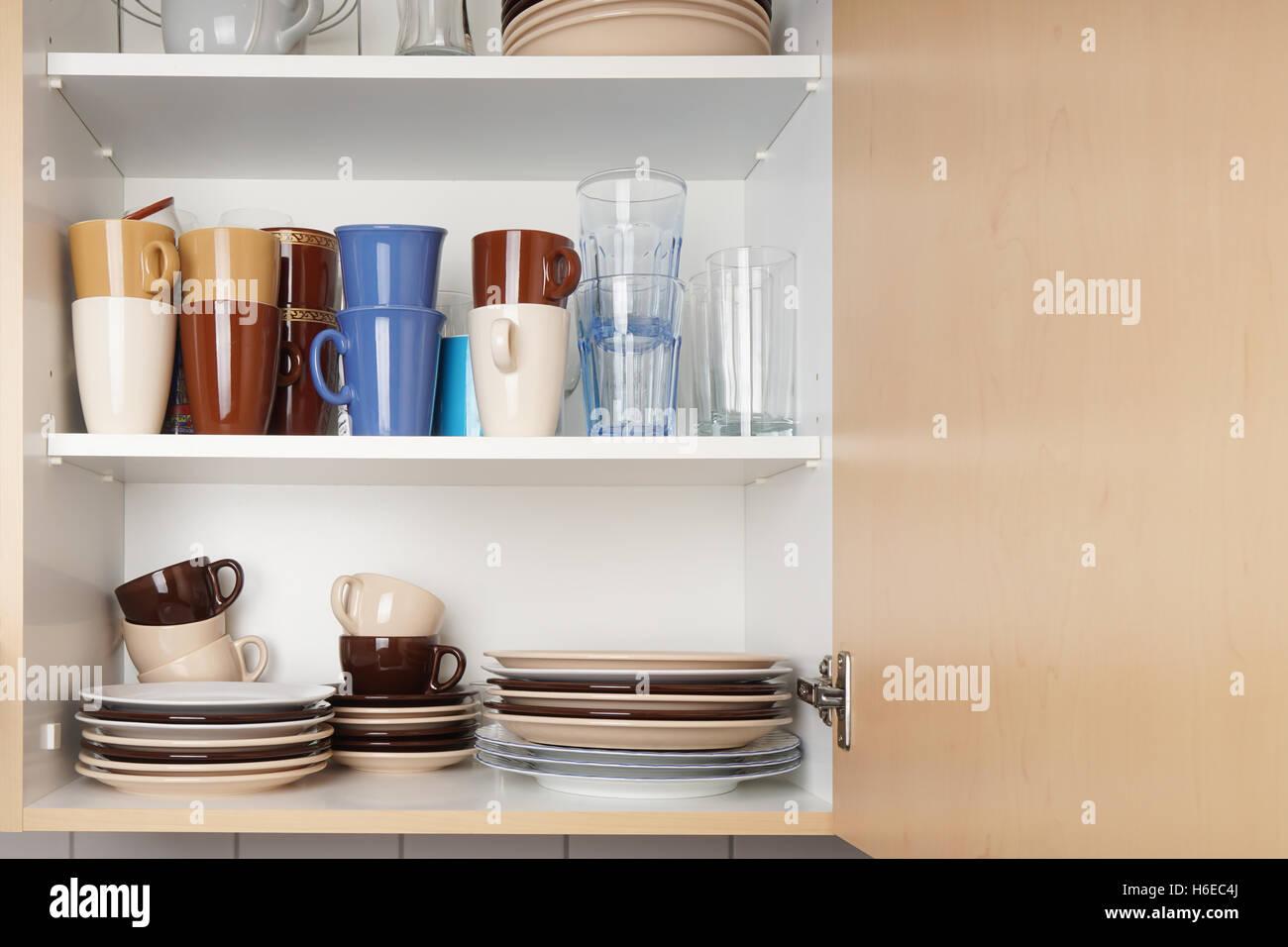 Credenza Per Ripostiglio : Mobile da cucina o credenza per piatti foto immagine stock