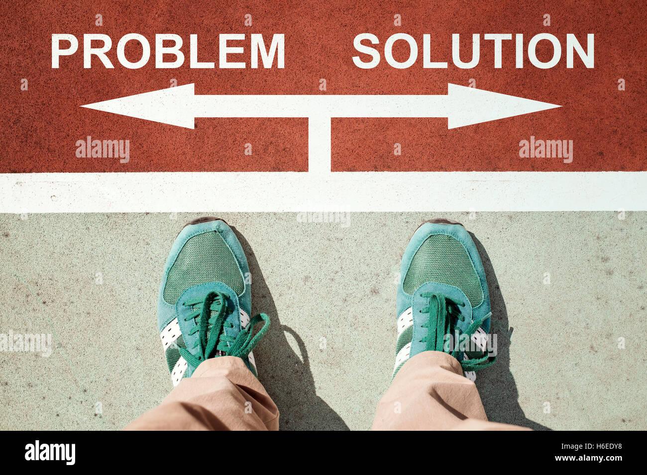 Problema o il concetto di soluzione con le gambe dal di sopra in piedi sui segni Immagini Stock