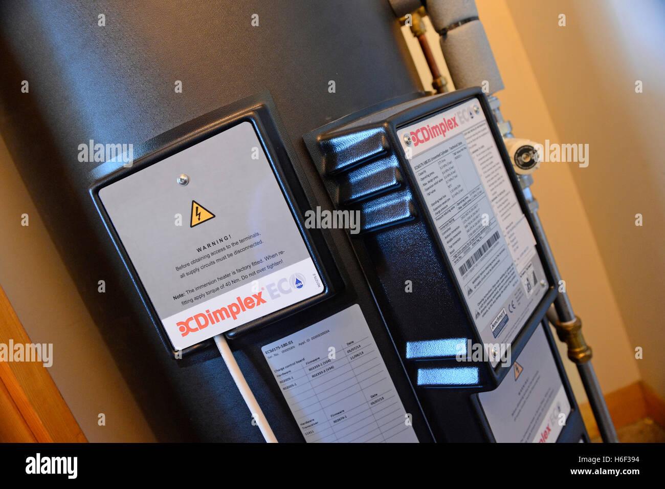 Notte Dimplex scaldacqua ad accumulo di acqua calda e backup in abitazioni private del sistema per il risparmio Immagini Stock