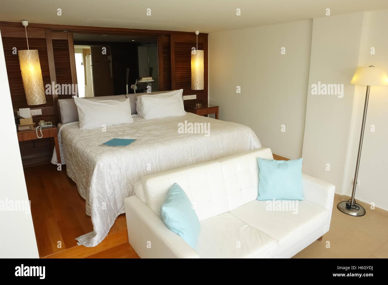 HERAKLION, Creta, Grecia - 13 Maggio 2014: camere interne con letto grande e bagno in un moderno edificio di hotel Immagini Stock