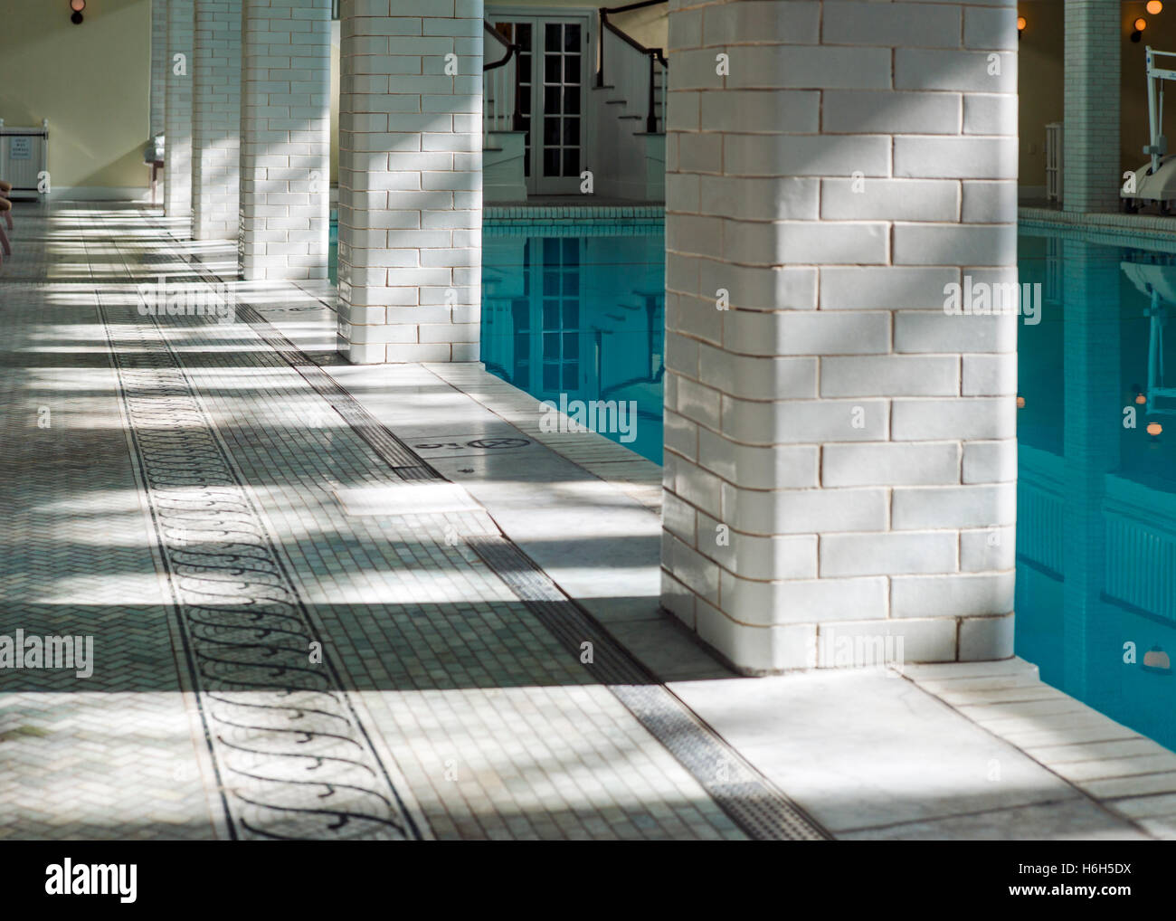 Vista astratta di sun & ombre sulla piastrella nei dintorni di molla interna-alimentato piscina; Omni Bedford Immagini Stock