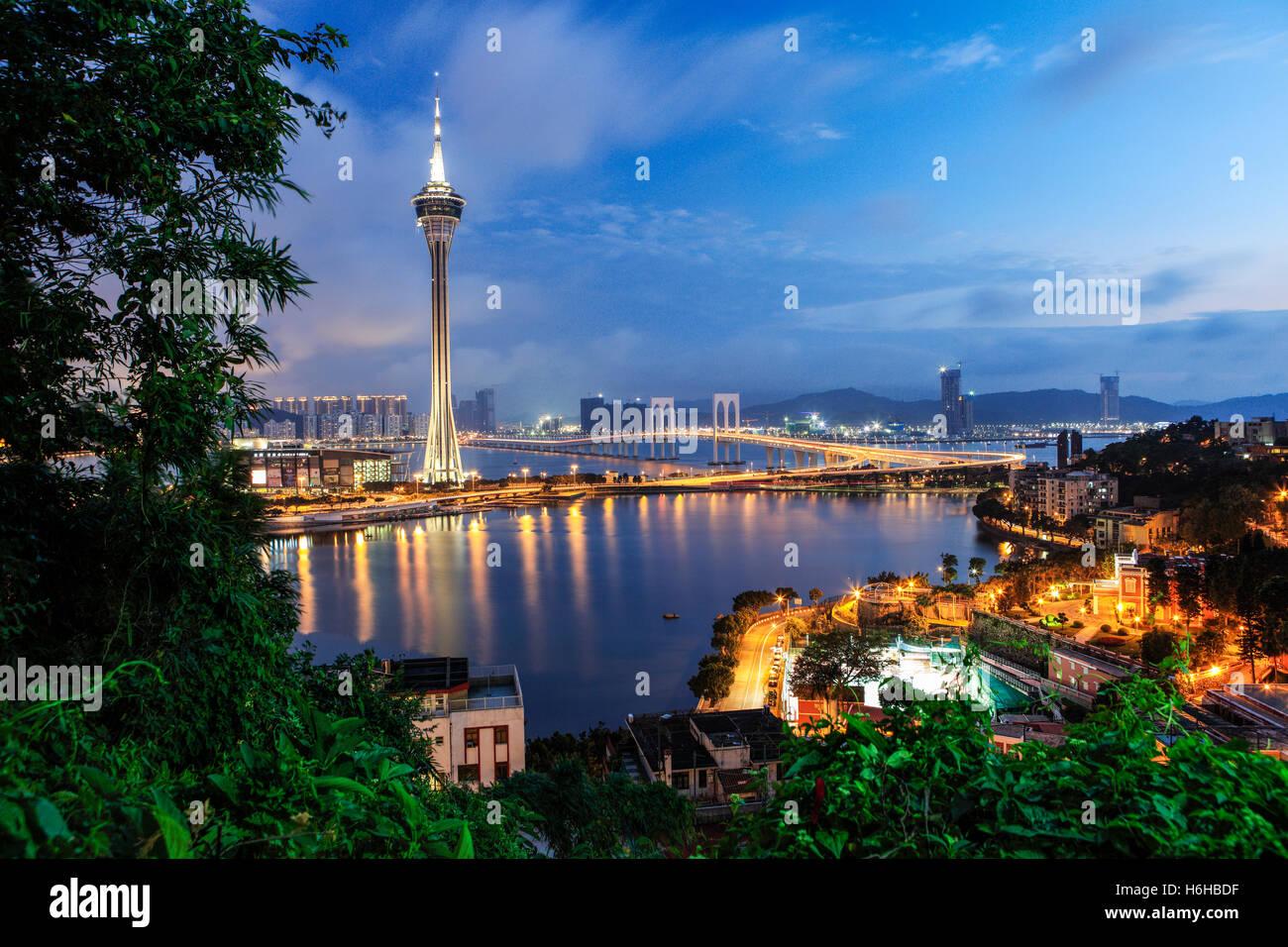 La Torre di Macau con la vista dell'ISC Van Bridge durante il crepuscolo. Immagini Stock