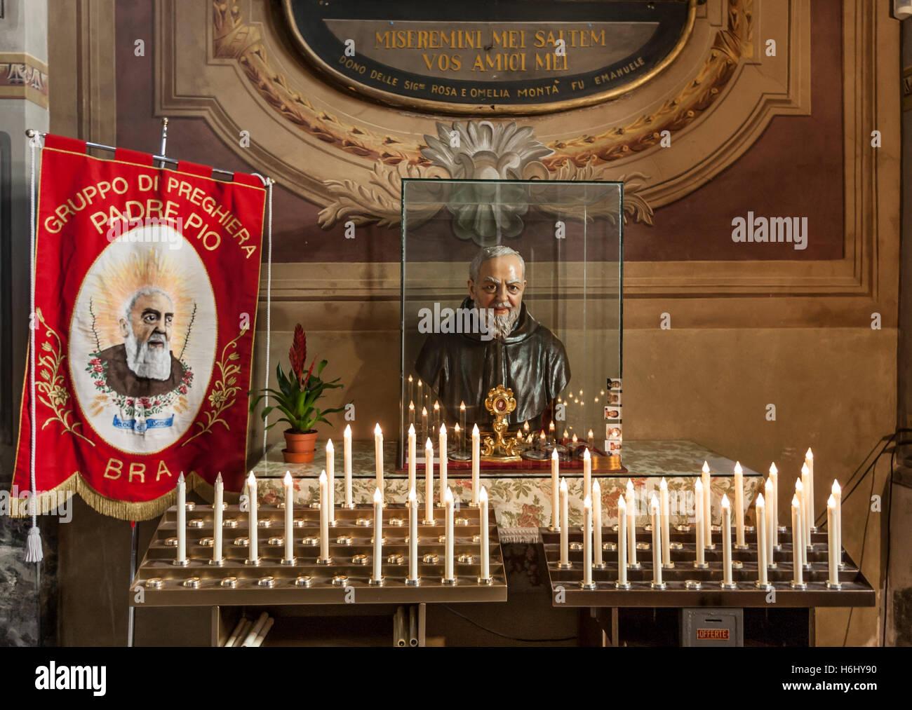 Omaggio a Padre Pio nella chiesa della confraternita di San Giovanni decapitato nel reggiseno in una città Immagini Stock