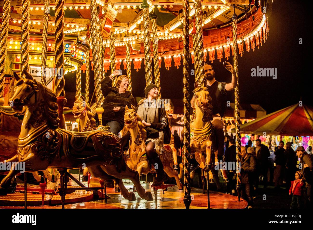 York, Regno Unito. 29 ottobre, 2016. North Yorkshire del più grande partito di fuochi d'artificio, KABOOM, ha avuto luogo nel parco del castello di Howard. Elencato come uno dei top 5 fuochi d'artificio nel Regno Unito, l'evento comprendeva anche un unico Star Wars themed laser show, Jedi light sabre di formazione per tutte le età, un parco di divertimenti vintage, fuoco e giocolieri di luce e il Minster FM spettacolo fase. La foto mostra il vintage luna park all'evento. Credito: Fotografia Bailey-Cooper/Alamy Live News Foto Stock