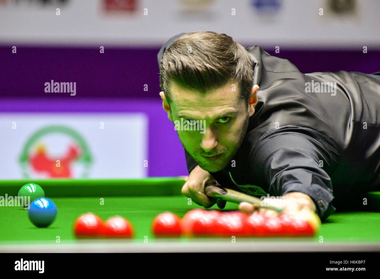 Daqing, la Cina della Provincia di Heilongjiang. 30 ott 2016. Mark Selby di Inghilterra compete durante il match Immagini Stock
