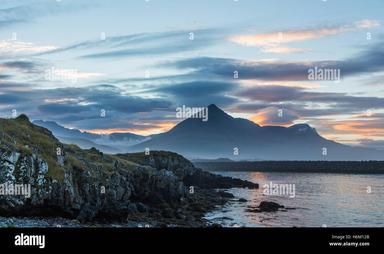 Tramonto nel villaggio di pescatori di Djupavogur, Islanda Immagini Stock