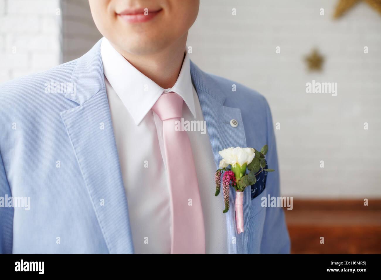 Uomo in tuta blu giacca e cravatta rosa, primo piano Foto