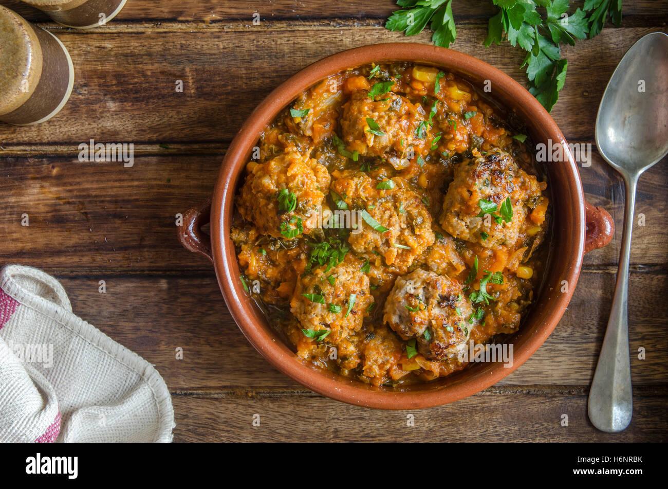 La carne di maiale e apple le polpette di carne in un piatto di ceramica Immagini Stock
