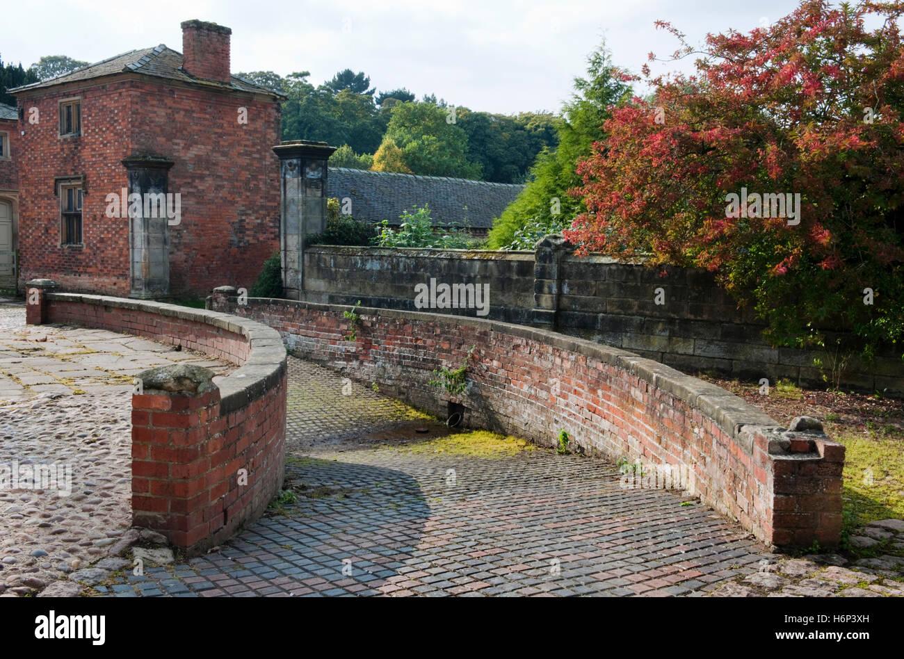 : Elvaston Castle, Derbyshire: C xix secolo drive-in area per il lavaggio di carrelli & ammollo le loro ruote Immagini Stock