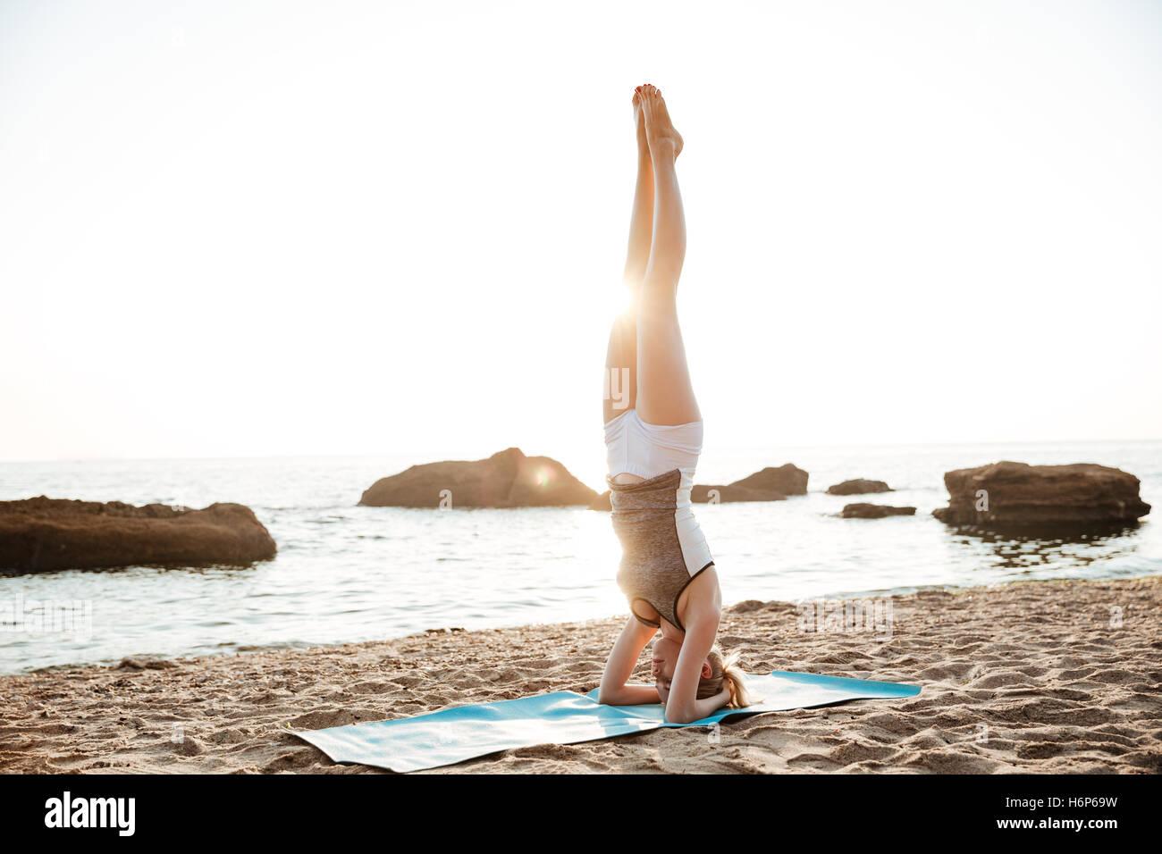 Ritratto di una donna forte facendo esercizi fitness all'aperto al mattino Immagini Stock