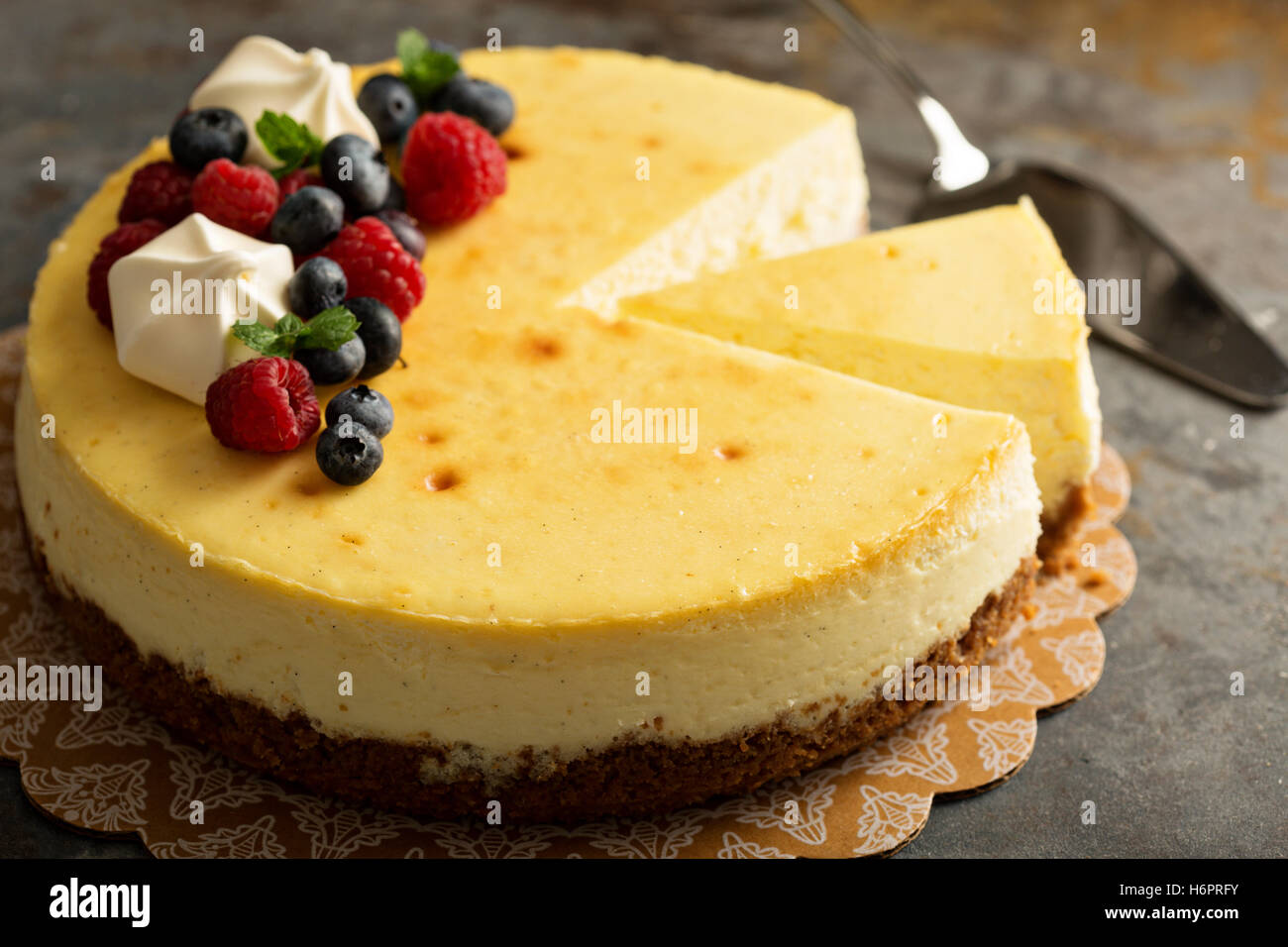 New York cheesecake su una torta di stand Immagini Stock