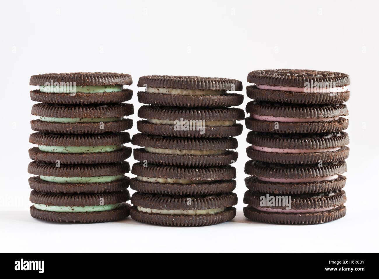 Pila di aroma di menta, sapore originale e Strawberry Cheesecake sapore Oreo biscotti isolati su sfondo bianco Immagini Stock