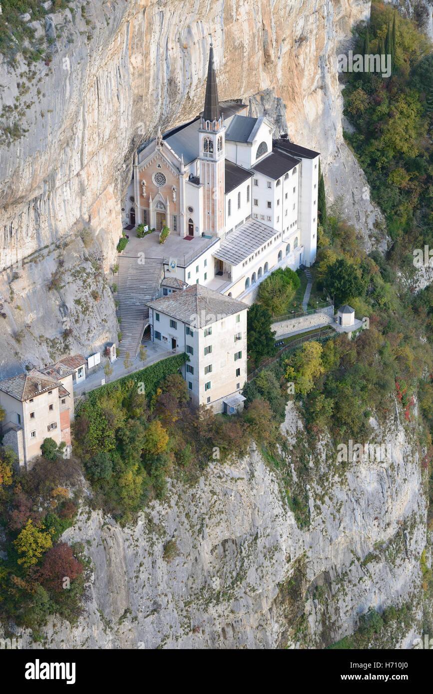 Casa di culto su una scogliera. Santuario della Madonna della Corona, Spiazzi, Veneto, Italia. Immagini Stock