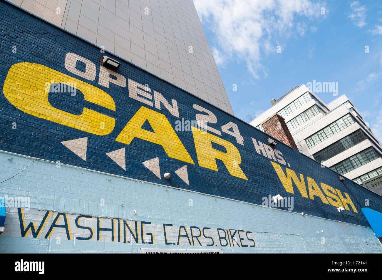 Esterno dipinto di parete murale pubblicitario di un autolavaggio