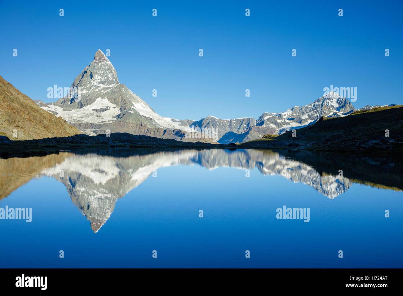 Il Cervino riflesso nel Riffelsee, Zermatt, Pennine, Vallese, Svizzera. Foto Stock