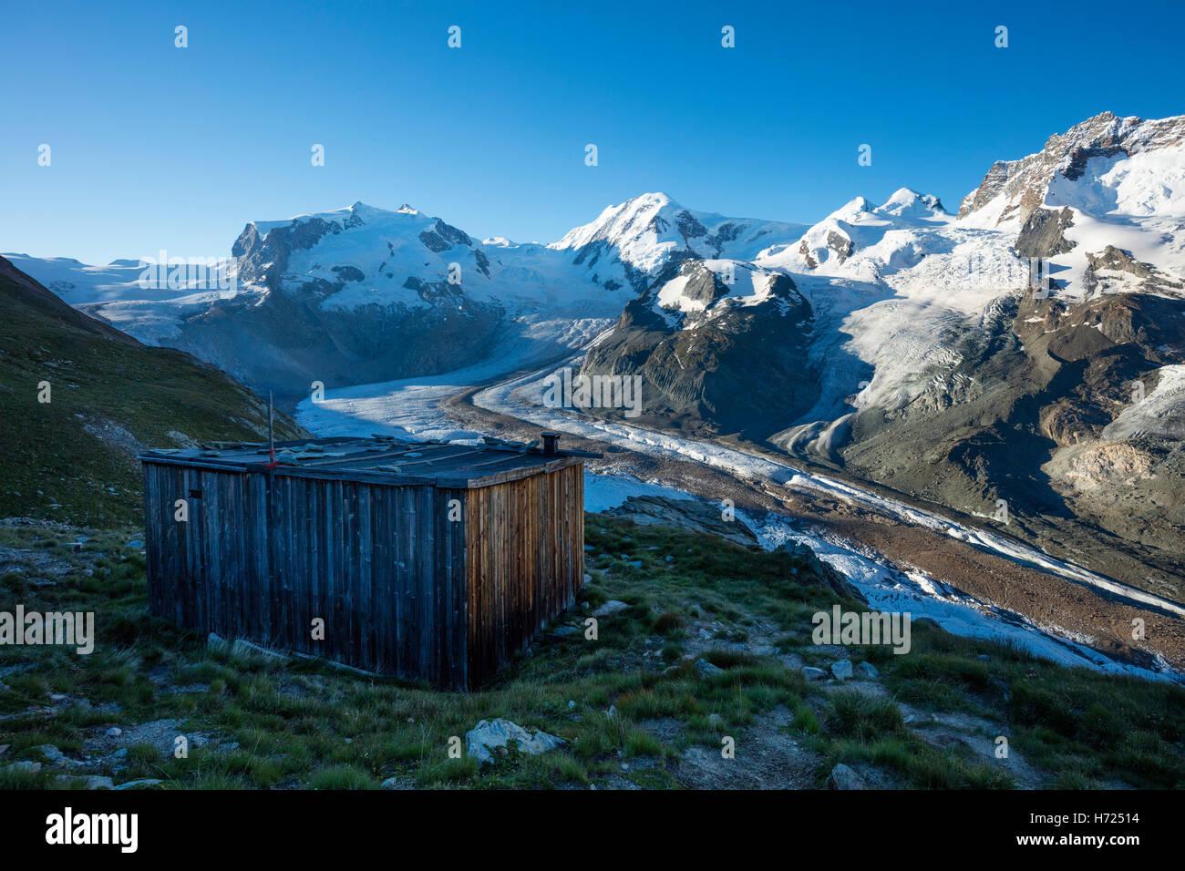 Capanna in legno sopra il ghiacciaio Gorner, Zermatt, Pennine, Vallese, Svizzera. Foto Stock