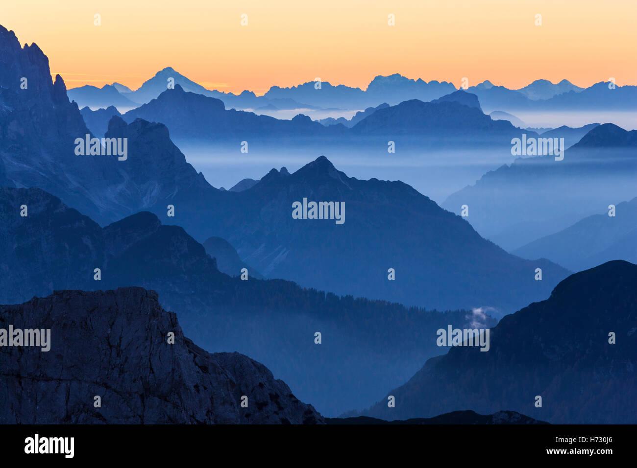 Picchi di montagna sullo sfondo Immagini Stock
