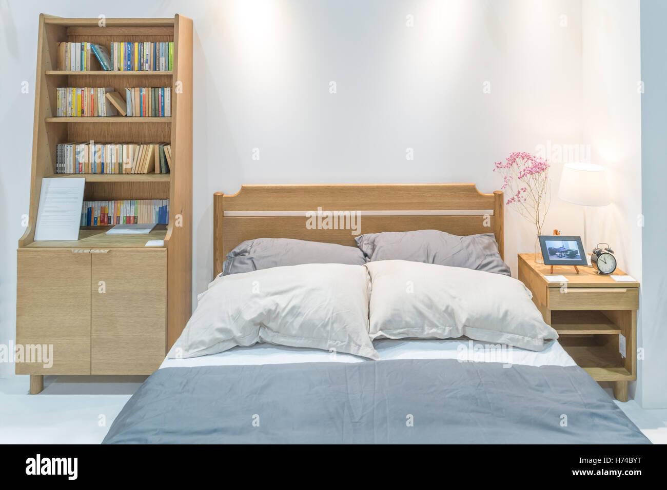 Moderno interiore camera da letto con letto in legno e scaffale in ...