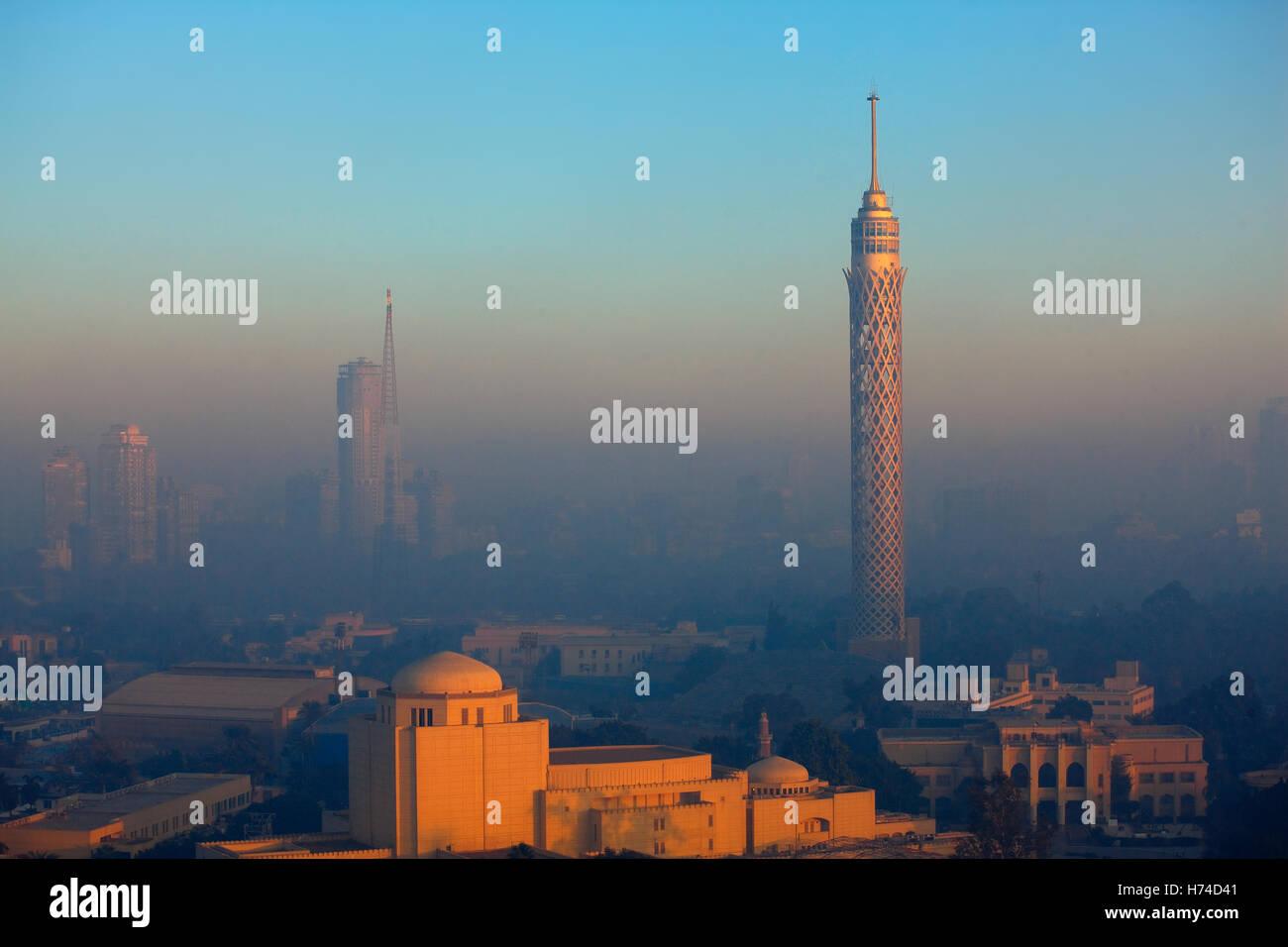 La torre della TV e di forte inquinamento del Cairo in Egitto Immagini Stock