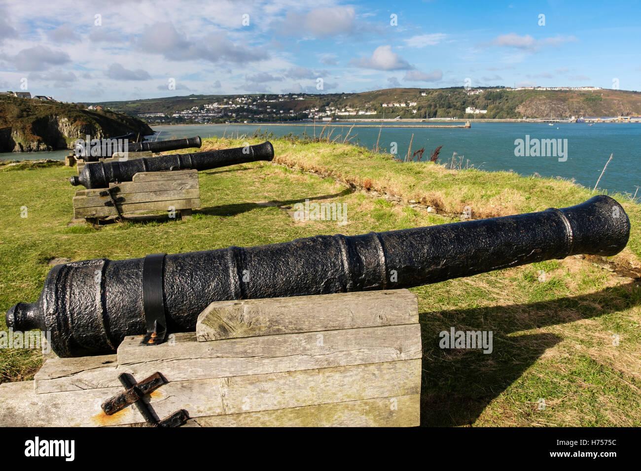 Vecchio 9 pounder guns nel XVIII secolo fort rovine 1781 su un promontorio affacciato sul porto. Fishguard, Pembrokeshire, Immagini Stock