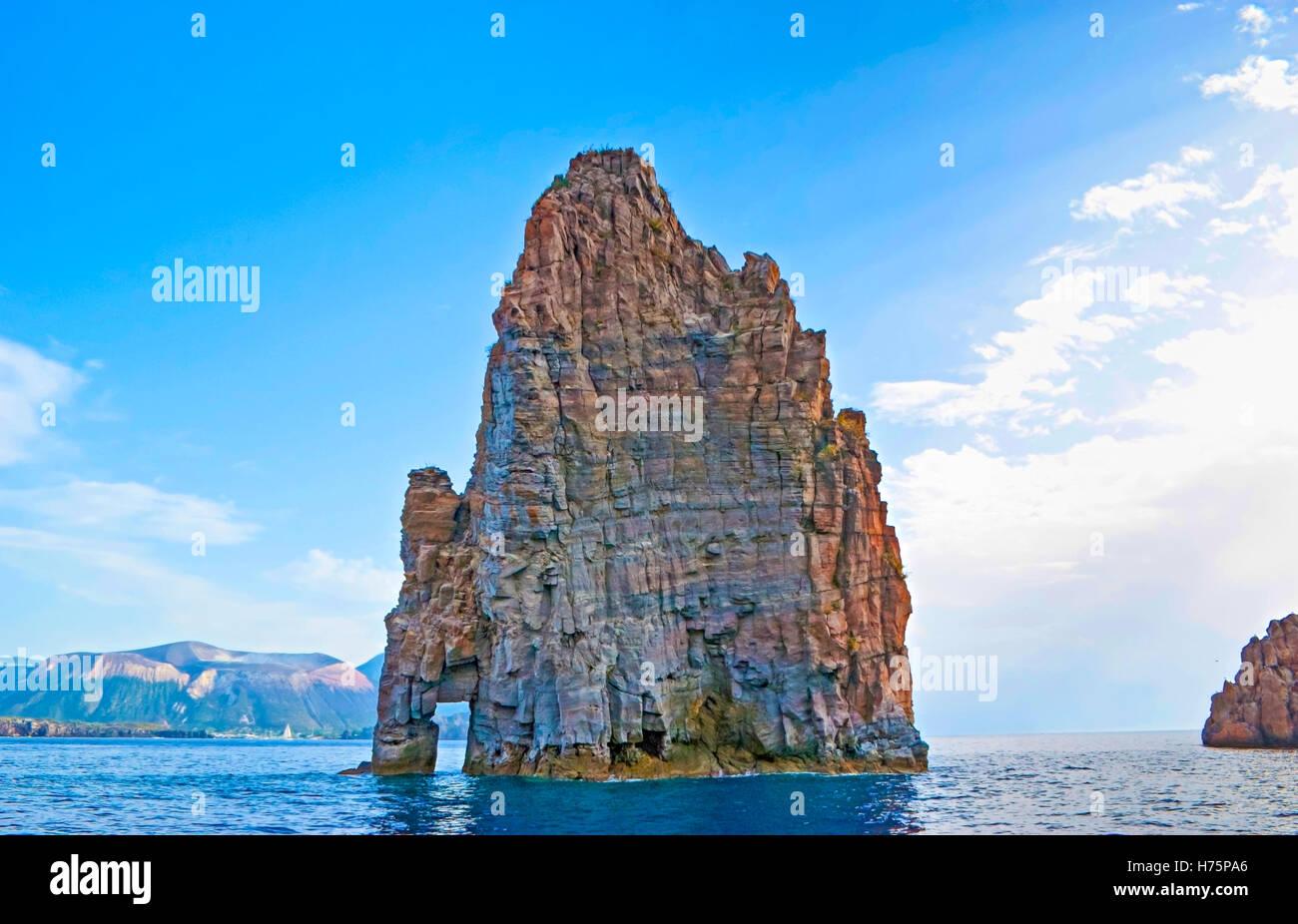 La Scenic rock individua tra Lipari e Vulcano isole e fare riferimento alla formazione di nome Faraglioni, Italia Immagini Stock