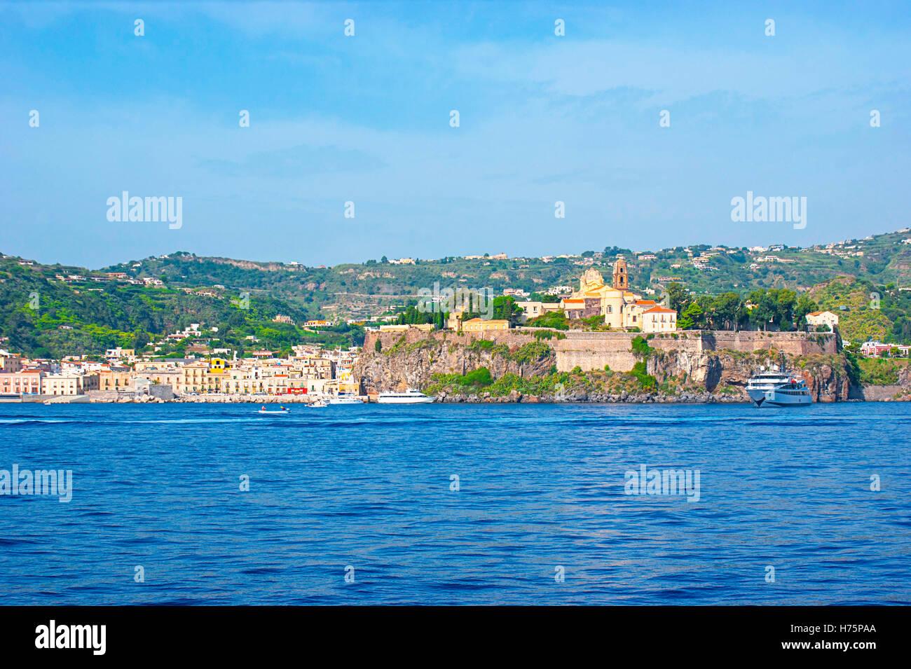 Godetevi il viaggio verso la fortezza medievale di Lipari con San Bartolomeo cattedrale, Museo Archeologico e Marina Immagini Stock