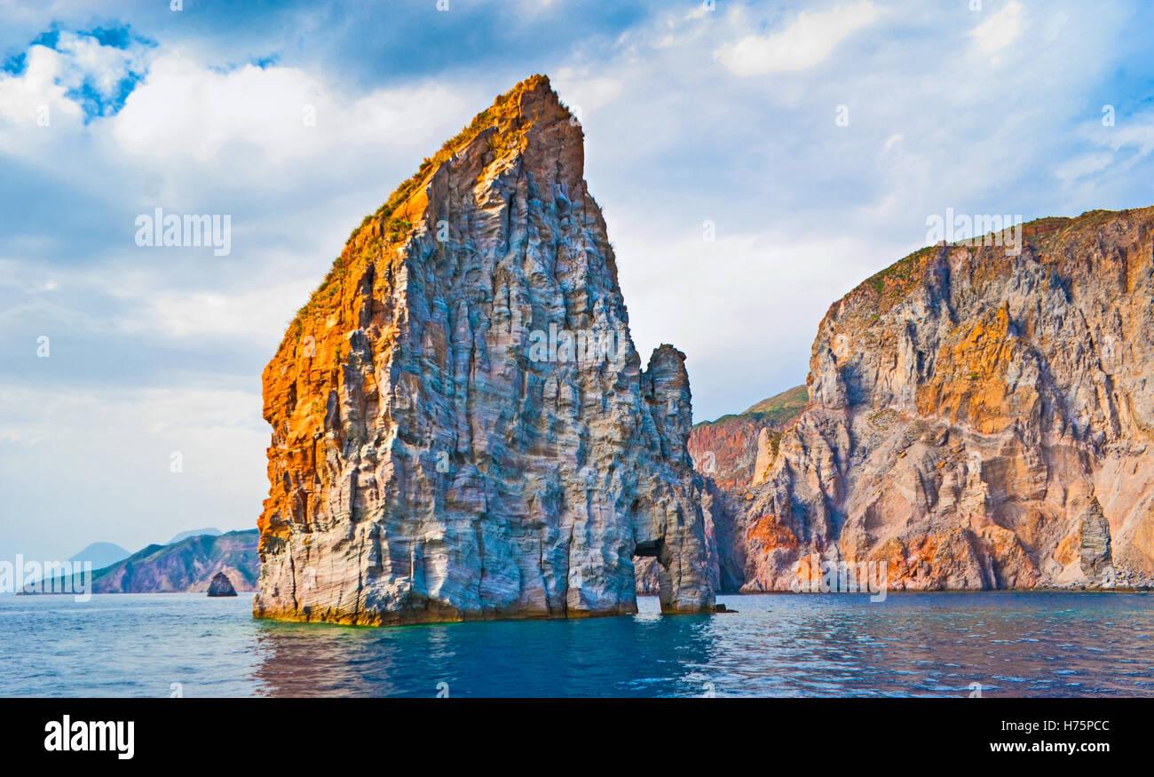 La costa frastagliata dell'isola di Lipari rende più popolare per i turisti e rocce solitarie in mare sono Immagini Stock