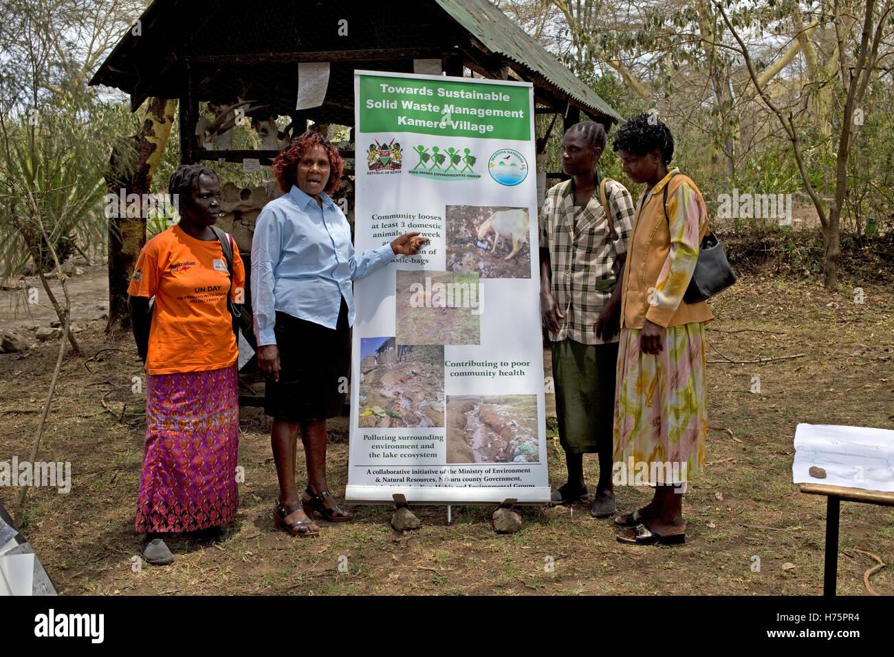 Quattro donne con gestione dei rifiuti poster Kamere Kenya Immagini Stock