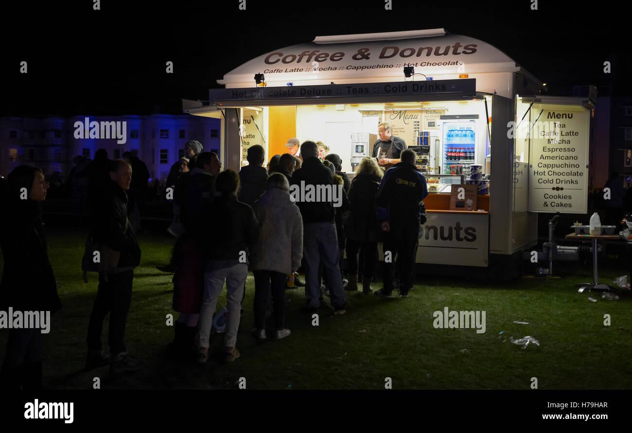 Mobile di caffè e ciambelle rinfreschi van di notte in corrispondenza di un evento esterno. Immagini Stock