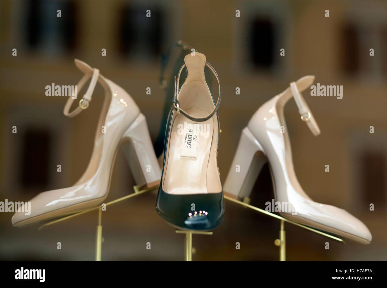 outlet store 5d9df 1a9b7 La vetrina del negozio Valentino mostra dei tacchi alti ...