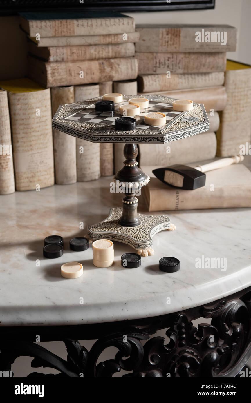 Anglo-indiana Vizagapatam avorio e corno scacchiera in forma di tabella in miniatura Guinevere il negozio di antiquariato Immagini Stock