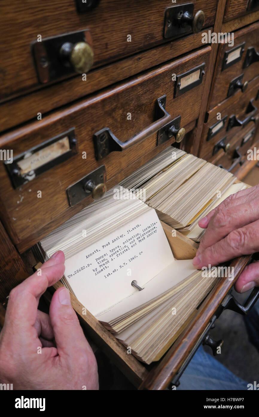 L uomo ricerca libro, Library Card catalogo, STATI UNITI D'AMERICA Immagini Stock