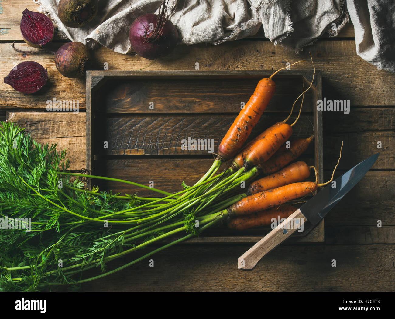 Cibo sano per la cottura dello sfondo. Di ingredienti vegetali. Fresco giardino carote e barbabietole nel vassoio Immagini Stock