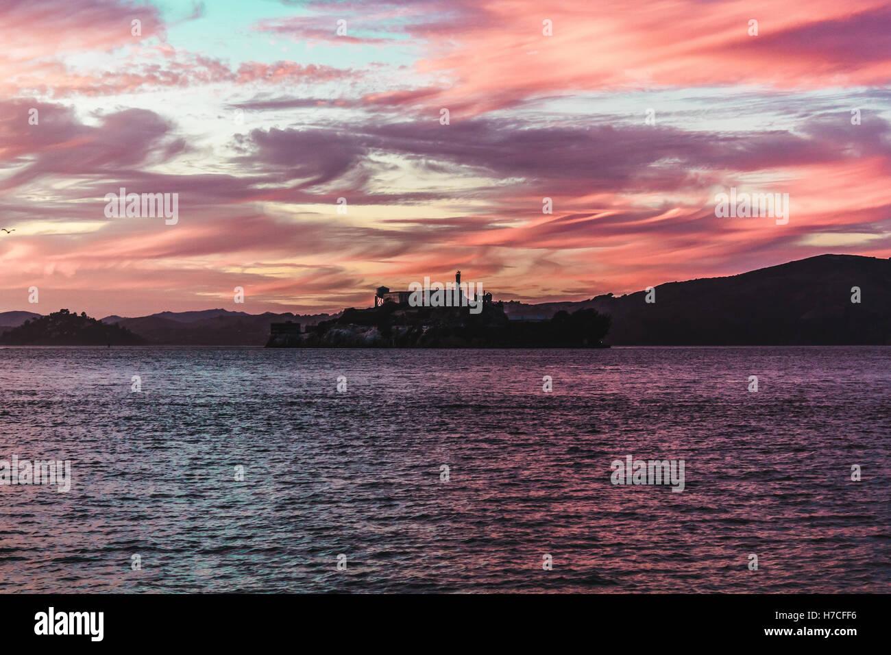 Foto del tramonto colorato alla prigione di Alcatraz a San Francisco, California Immagini Stock