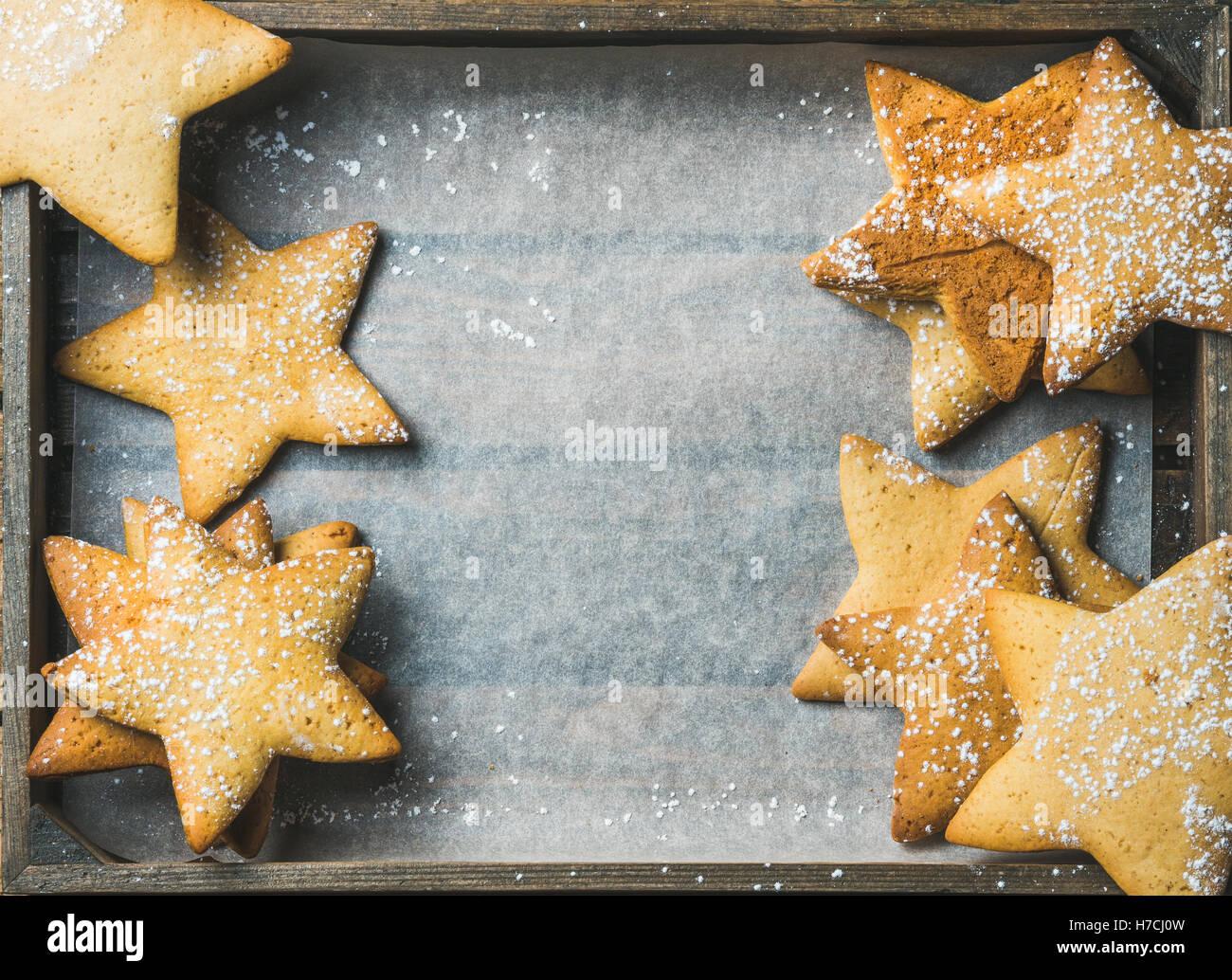 Dolce Natale gingerbread cookies in forma di stelle, spazio di copia Immagini Stock